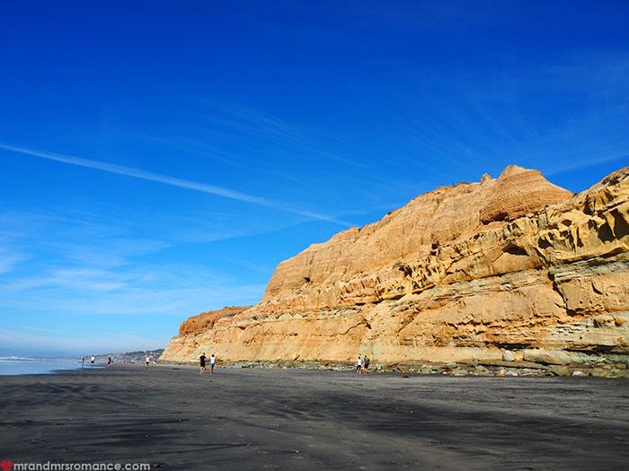 Mr-and-Mrs-Romance-Hiking-in-Torrey-Pines-San-Diego-12-big-black-beach.jpg
