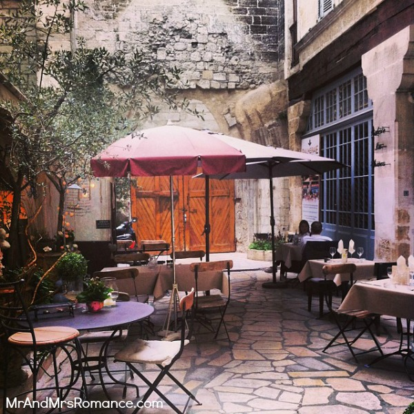Mr & Mrs Romance - Instagram diary S France - 016 HR 5 Avignon courtyard cafe