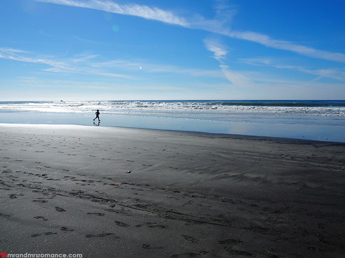 Mr-and-Mrs-Romance-Hiking-in-Torrey-Pines-San-Diego-11-black-beach.jpg