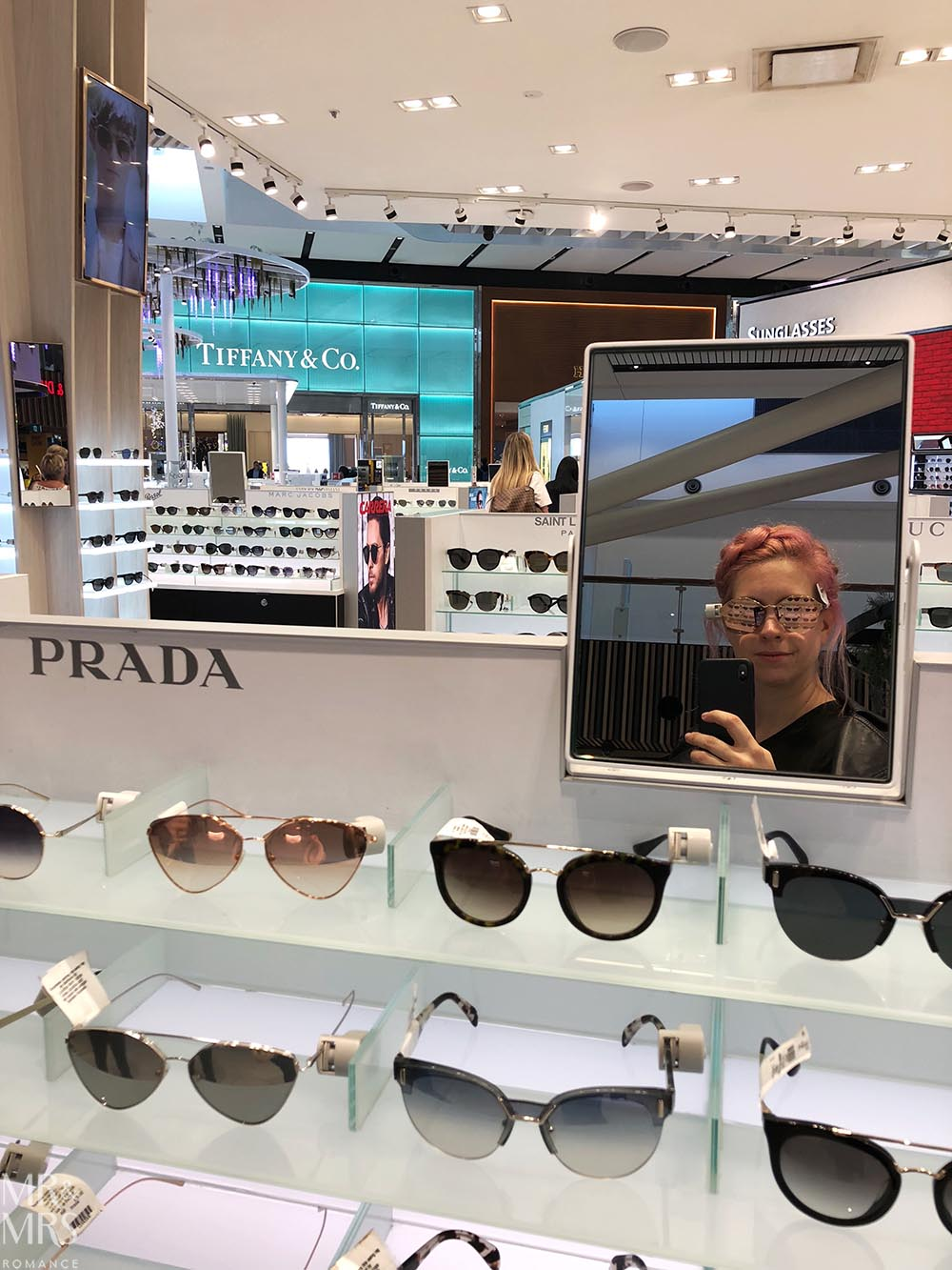 How to travel light, pack smart and stay stylish - sunnies at Sydney Airport #wortharrivingearlyfor