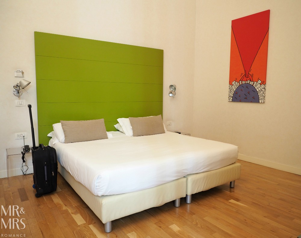 Hotel Piazza Bellini - bedroom, bed and art