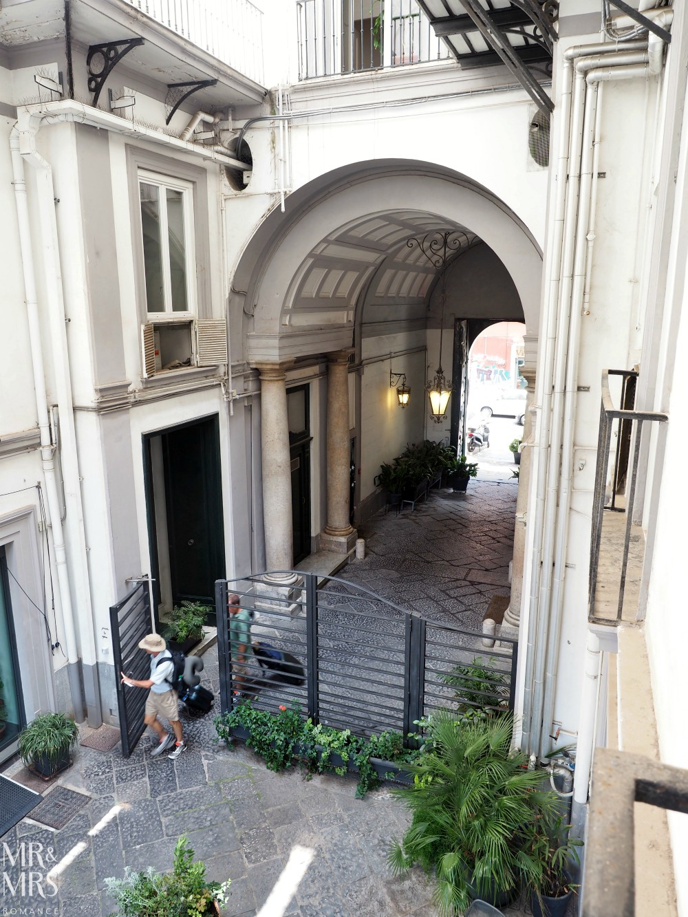 Hotel Piazza Bellini - archway and entrance