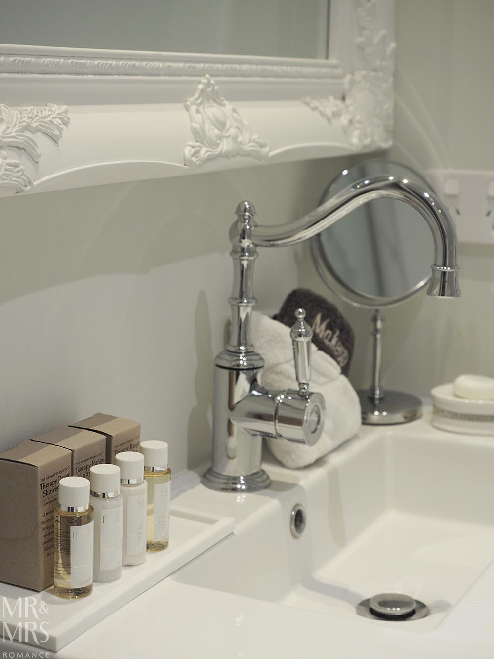 Henley Hotel - bathroom detail