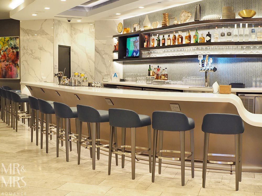 United Polaris Lounge review - the bar