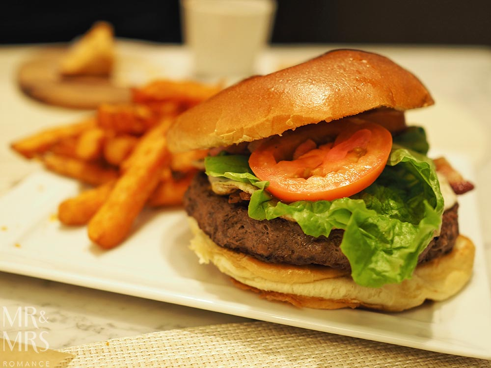 United Polaris Lounge review - The Dining Room burger