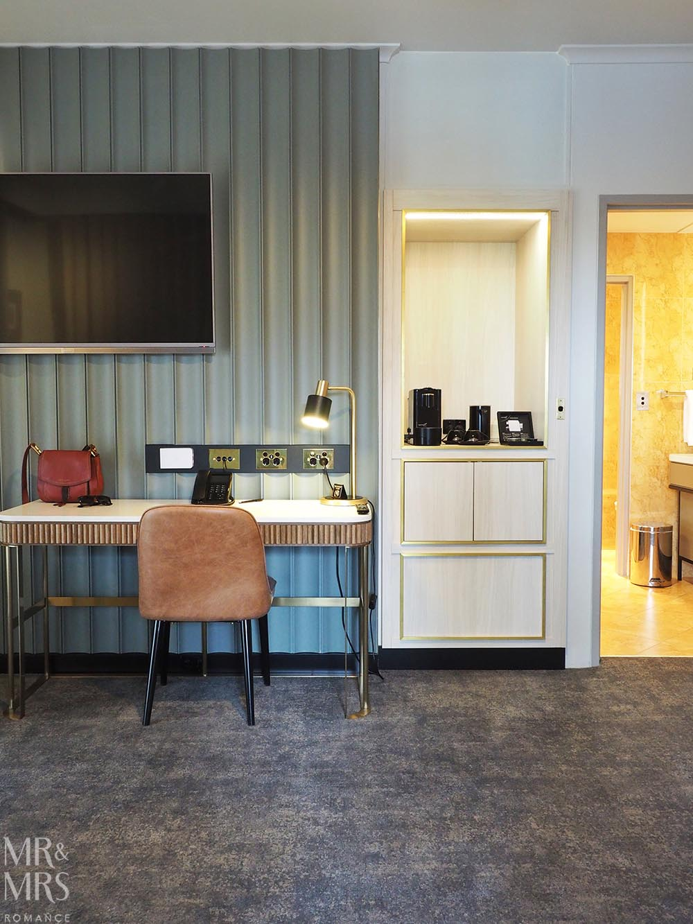 Where to stay in Tamworth NSW - Powerhouse Hotel Tamworth by Rydges - desk and minibar